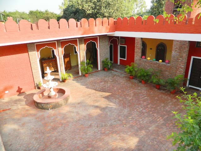 Suite in Heritage Haveli w Bfast, Wifi nr Airport