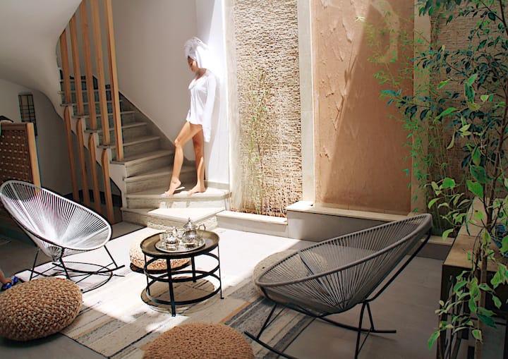 INCREDIBLE 4 Bedroom Villa with Roof Top Pool
