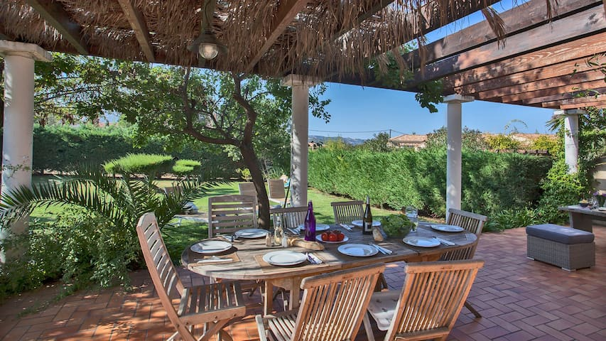 """Villa """"Albizzia"""" large green garden, barbecue, large shaded terrace"""