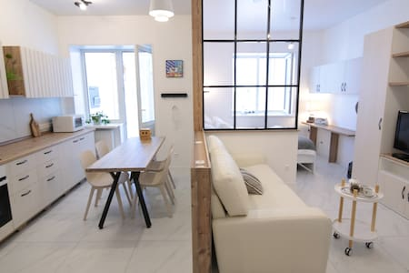 3C - Clean ,Cozy, Chic - Apt just open.