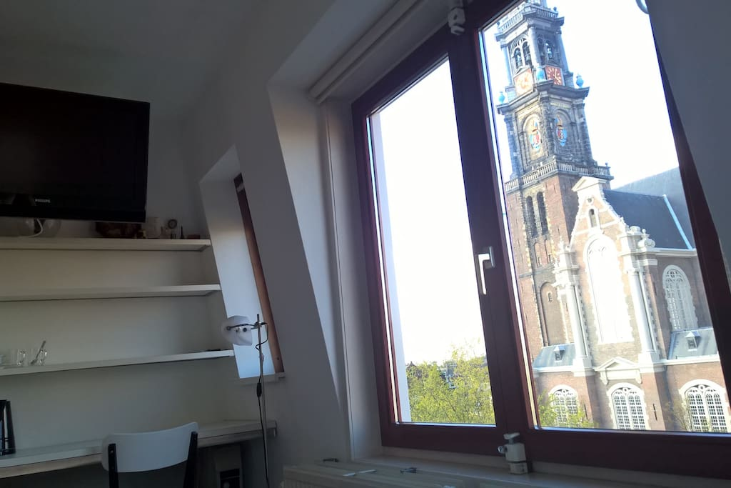 Wake up with panoramic views of the most famous church of Amsterdam.