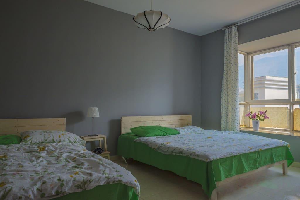 15平的大房间,1.8大床和1.2小床,适合一家三口居住
