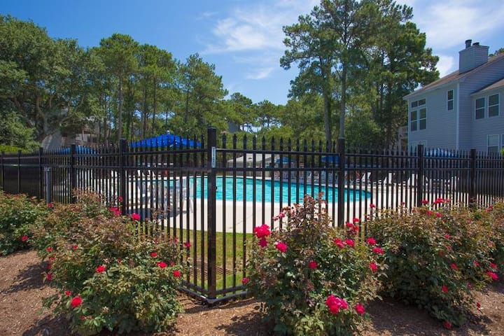 OYG6* Peace of Paradise* 1 mile drive to beach access* Community Pool* Screened In Porch