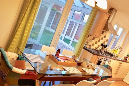 ** Book Now** Luxurious Home Chigwell Upto 6 guest