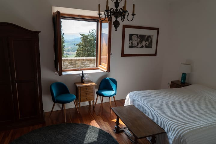 Suite with stunning view inside medieval Montone