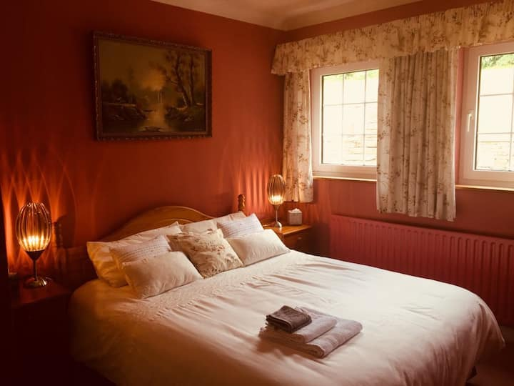Comfy room w/king-size bed 3km from Bantry