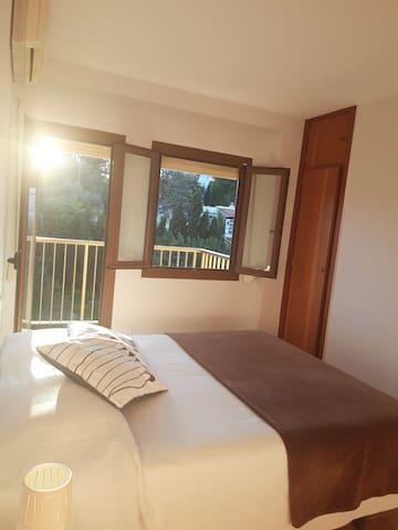 Hermosa habitación soleada con balcón y parking!!