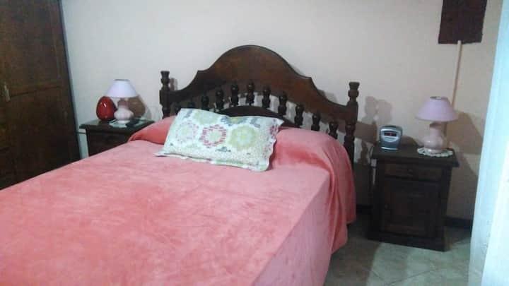 Habitación soleada, muy cómoda y amplio. A 5´Cap.