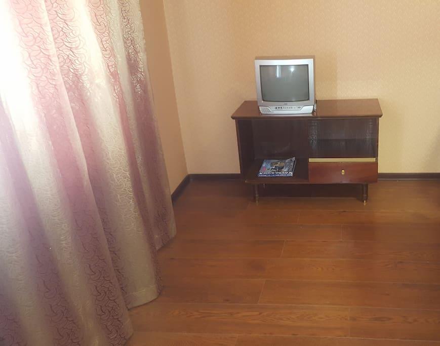 Телевизор, большая спальня