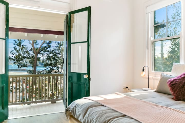 Scandi design 2BR with harbour views of Sydney CBD