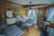 Clean light open plan spacious area @ romantic waterfall cabin
