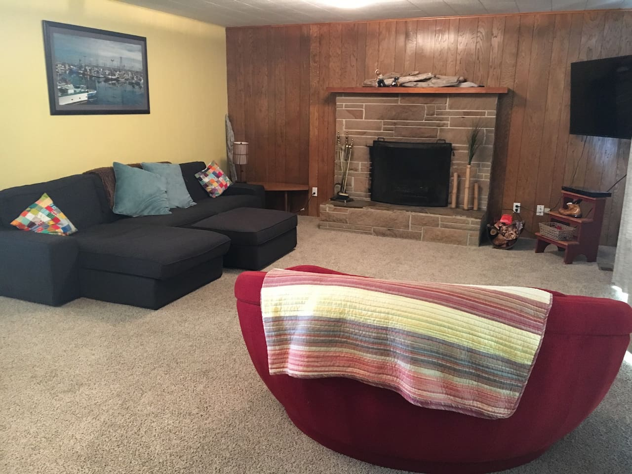 Great open Room with comfy furniture next to the fire!