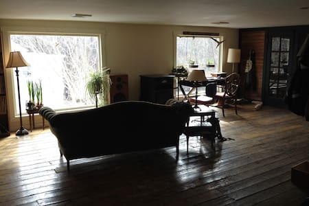 Wide open apt over Catskill Creek - Durham - Dom