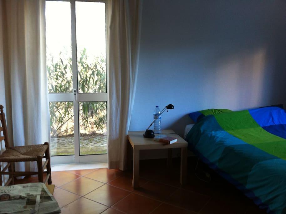 slaapkamer met tweepersoonsbed in beneden appartement