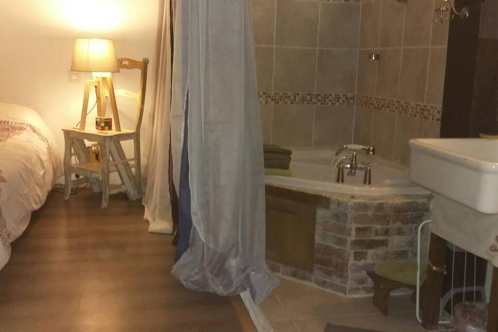 """""""Cocon"""" Chambre et salle de bain sur la mezzanine."""