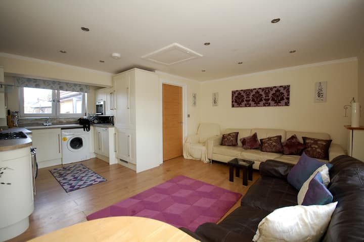 Broxbourne Two-Bedroom Apartment Near Amenities