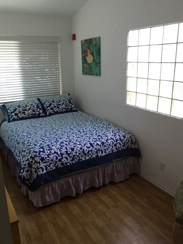 Comfy Queen! A Block Walk to BEACH & Pier! Sweet!! - Redondo Beach