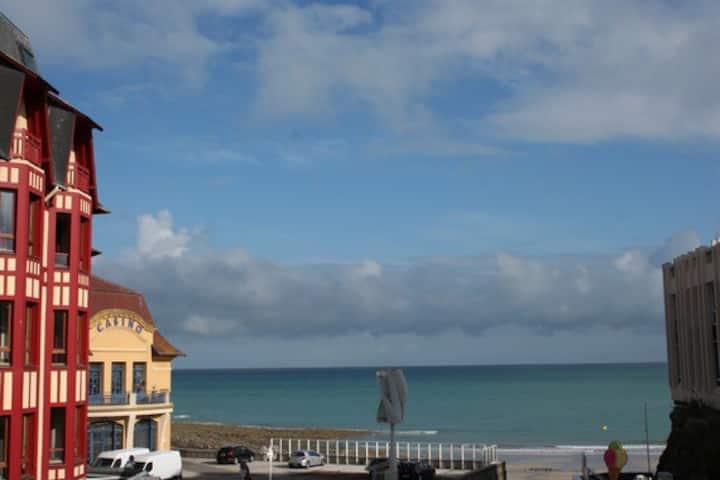 Un nid écologique vue sur plage et cœur de ville