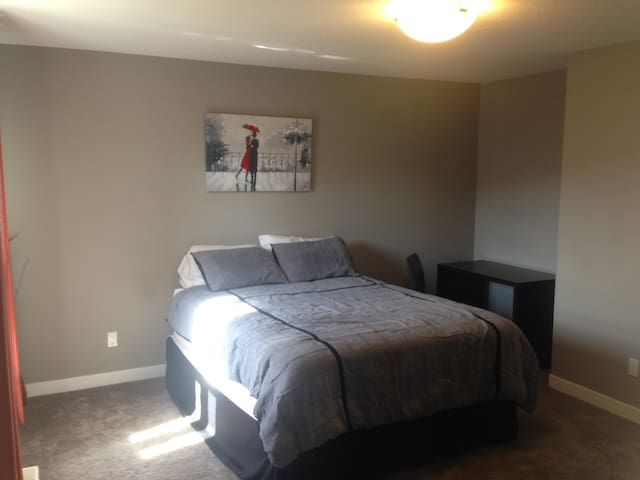 Large ensuite in new home with all amenities! - Spruce Grove - Huis