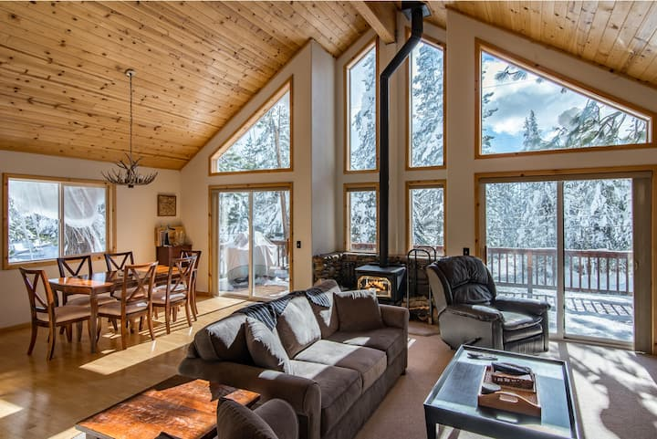 Charming Tahoe Donner House Among the Pines
