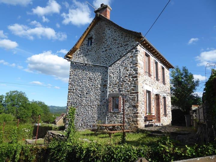Maison en pierres avec terrain clos