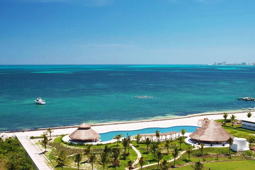 Pool & beach panoramic view/ vista panorámica de playa y alberca