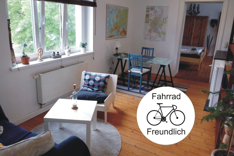 Dich erwarten zwei hübsch eingerichtete Räume, aufgeteilt in Wohn- und Esszimmer sowie ein Schlafzimmer (Betten können getrennt oder kombiniert werden). Zusätzlich ein eigenes WC&Dusche. Auf Wunsch können Fahrräder im Keller untergestellt werden.