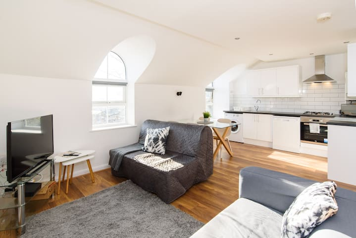 Relaxing Two Bedroom Apartment with WiFi & Parking