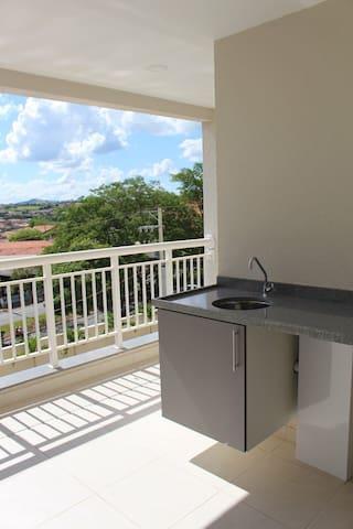 Apartamento semi mobiliado 2 quartos (01 suíte)