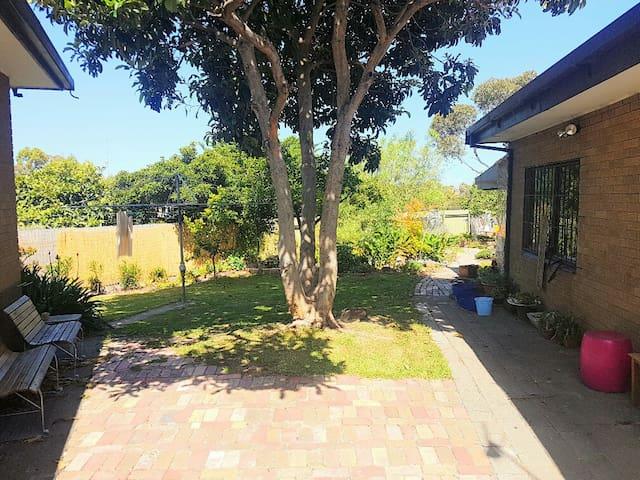 Sunny Garden Lifestyle - Sunshine West