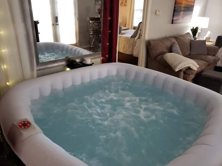 VIP Romance Suite - Indoor Hot Tub!