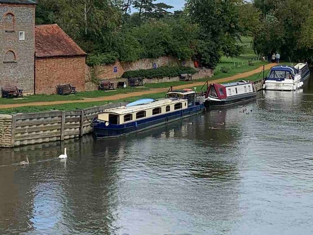 Luxury 67ft narrowboat in Wallingford centre