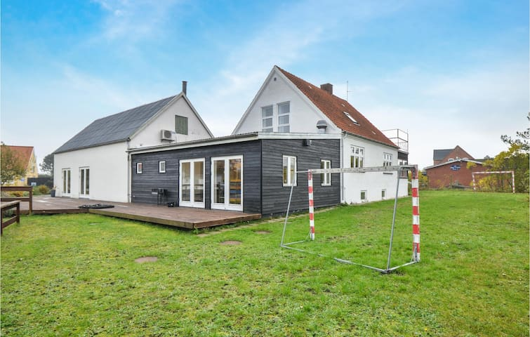 Semi-Detached with 10 bedrooms on 350m² in Glesborg