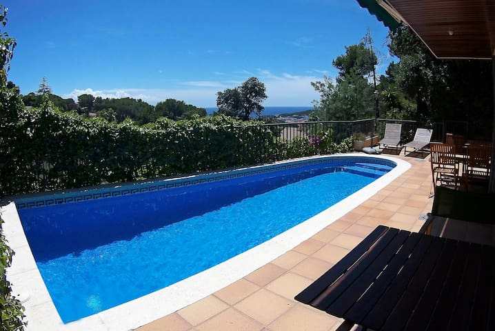 Magnificent villa with pool and bbq for 2-6 people