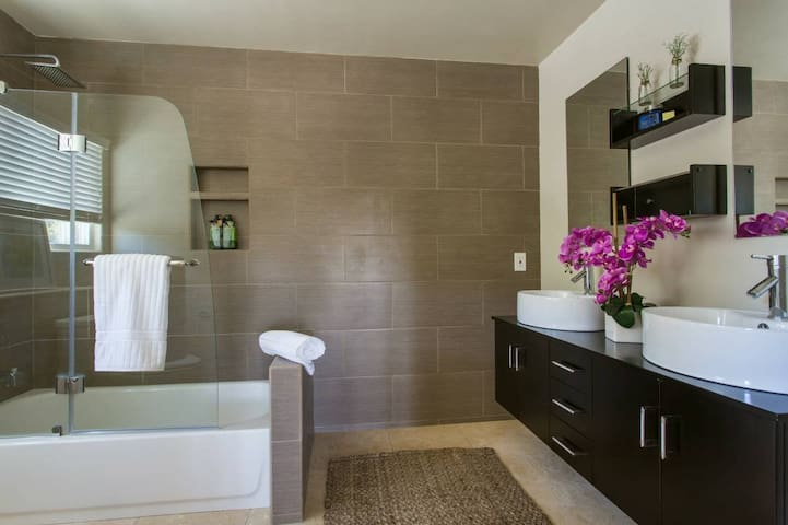 Luxury MASTER bedroom Silver Lake/Atwater village