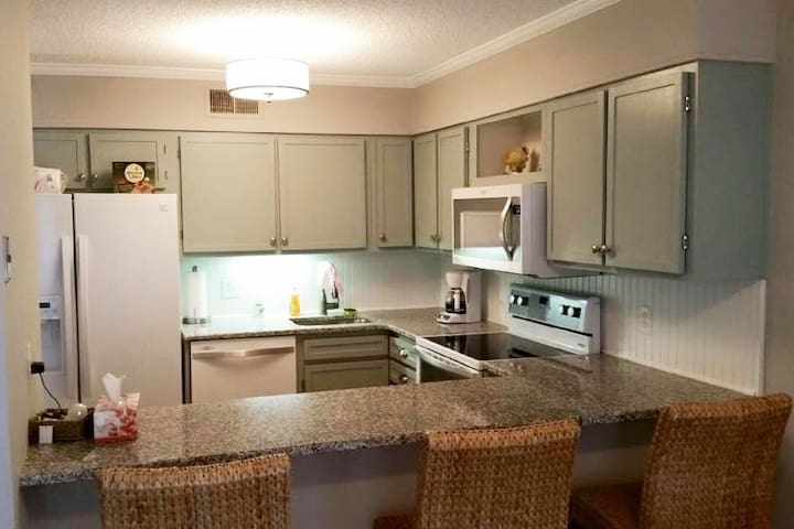 Modern 2 bedroom/2 bath condo - 1 block to beach!
