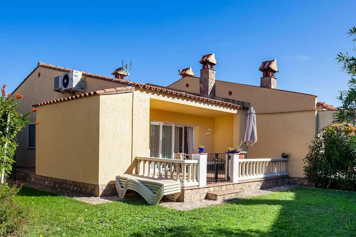 Quaint Holiday Home in Vilacolum with Swimming Pool