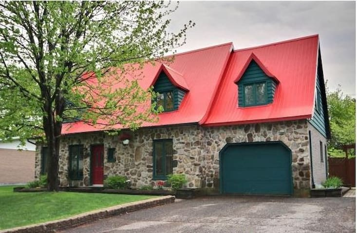 Large Canadian Home near downtown Quebec with spa
