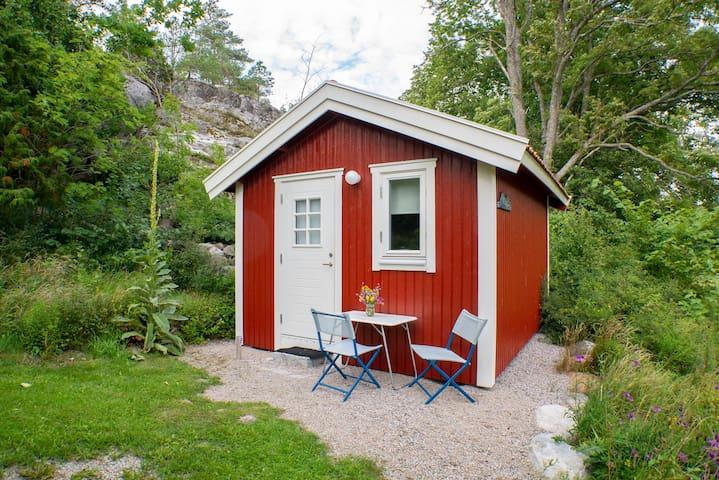 Liten stuga i naturen på Gullnäsgården, Tjärnö
