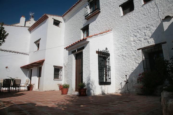 """Casa Rural """" La casa de enmedio"""""""