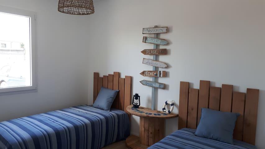 Chambre bleue, 2 lits simples + 1lit bébé