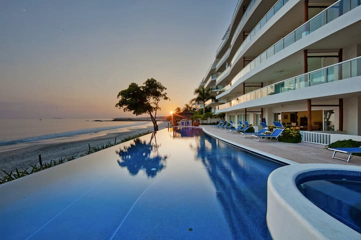 Beachfront Condo with Pool Sleeps 6 - 푼타 데 미타