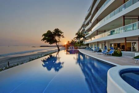 Beachfront Condo with Pool Sleeps 6 - 푼타 데 미타 - 아파트(콘도미니엄)