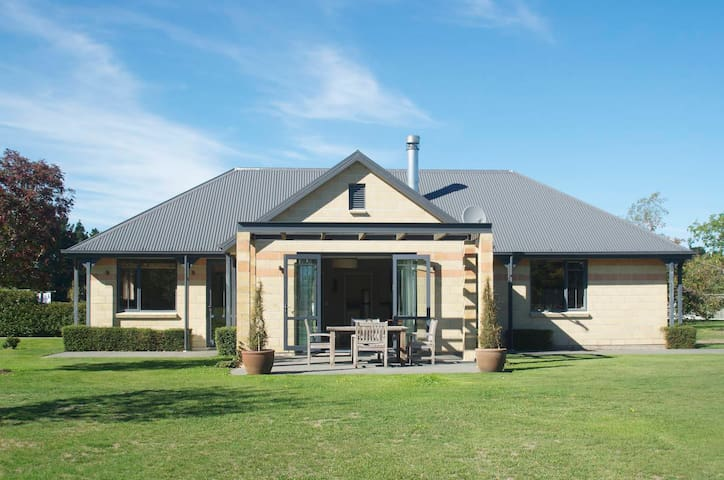 The Villa Holiday Home - West Melton - Huis