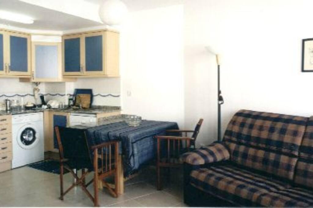 salon con cocina integrada. Sofa cama