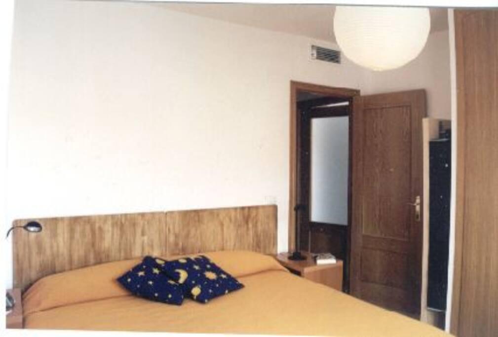 dormitorio con cama de 1,80  x 2,-00 SUPER CÓMODA