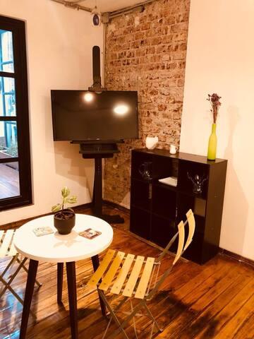 Contamos con television que incluye Netflix y TV por cable, además de wi-fi, contamos con mueble para colocar ropa, en el cual te incluimos platos, cubiertos, servilletas y otras amenidades.