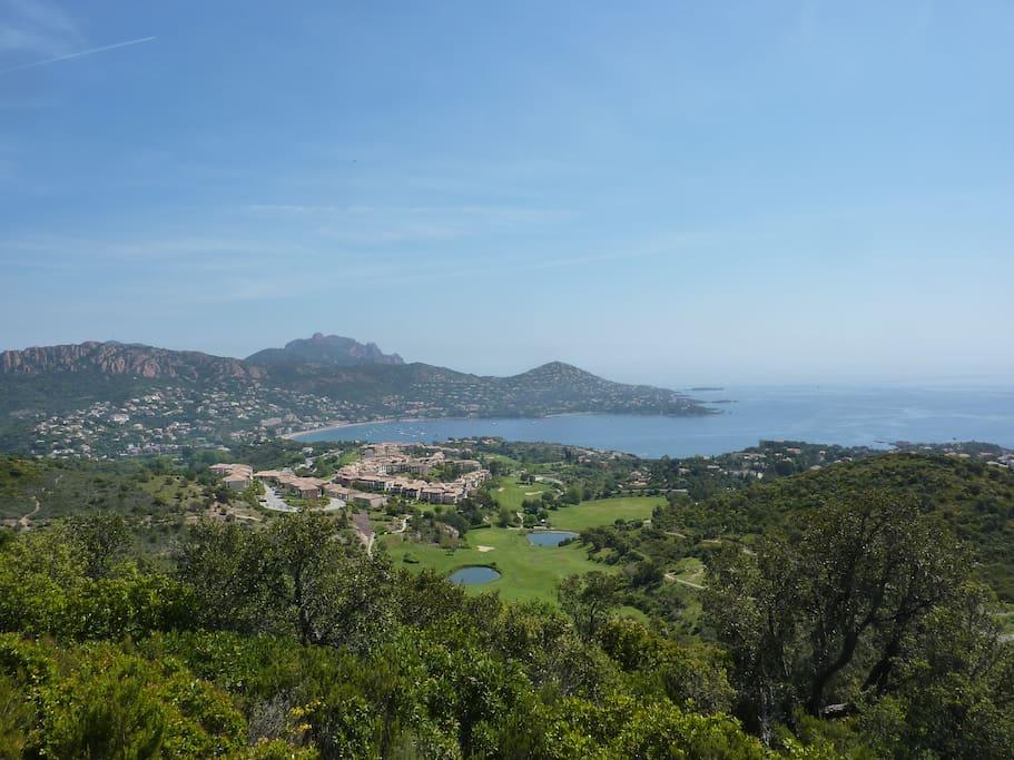 la résidence avec son terrain de golf, l'Esterel en arrière plan pour les randonnées et les magnifiques points de vue coté Cannes d'un coté et coté Saint Tropez de l'autre
