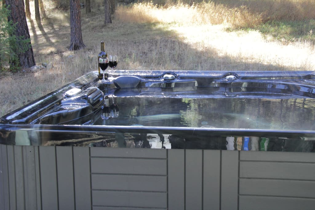 Nice hot tub and great views! Just the thing to take away your fall or winter chill.