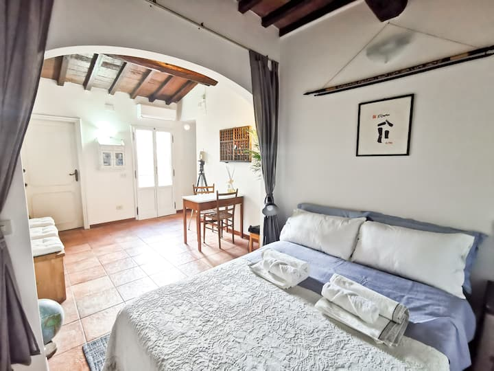 "★★★★★Heart of Florence ""Romantic Nest"" WIFI AC"